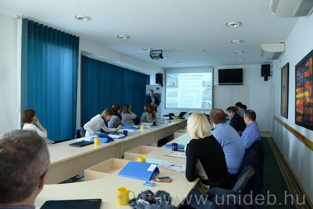 A RECALL (Resilient Europian Communities Against Local Landslides) elnevezésű programban összesen öt ország, hazánkból a Debreceni Egyetem Gazdaságtudományi, valamint a Mezőgazdaság-, Élelmiszertudományi és Környezetgazdálkodási Kara vesz részt. Az intézmény szakemberei online alkalmazásokat fejlesztettek ki.