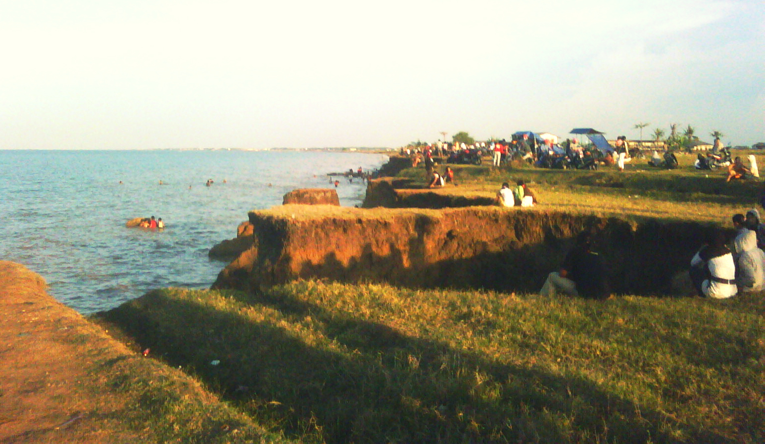 Hasil gambar untuk pantai tebing tanah di patrol