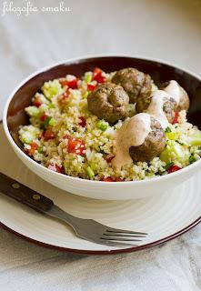 (Libańska sałatka z kaszy kuskus i klopsików