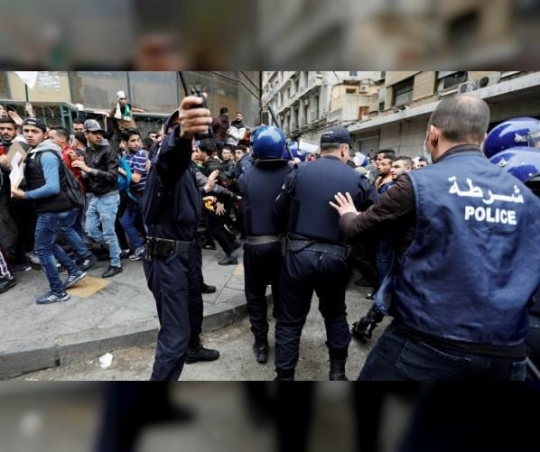مظاهرات الجزائر.. اعتقال 75 محتجا وإصابة 11 شرطيا في العاصمة