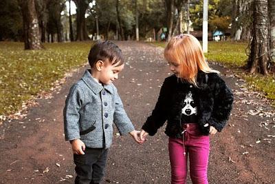 lapsi, lapset, pienet lapset, käsi kädessä, kädestä kiinni, rakkaus, ihastuminen, hellyys, seksuaalisuuden kehitys, tykkää, suloista
