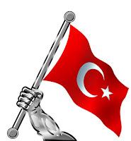Bağımsızlık, elde dalgalanan Türk Bayrağı