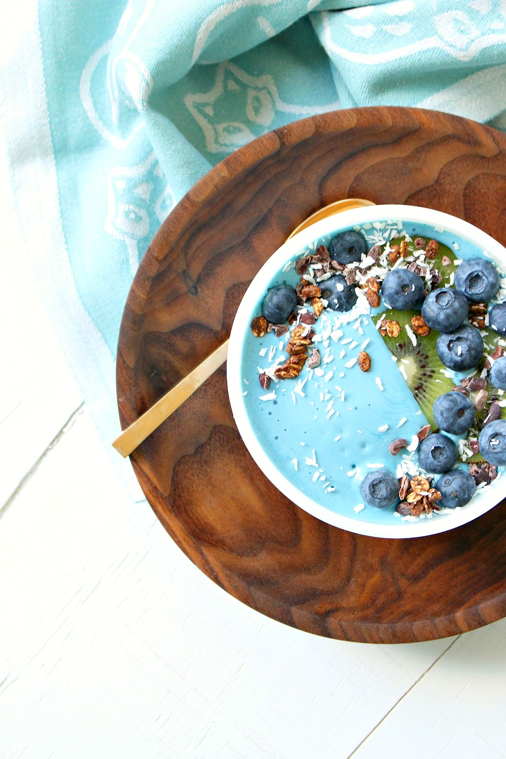 How to Make an All Natural Turquoise Smoothie Bowl // Blue Majik Mermaid Smoothie