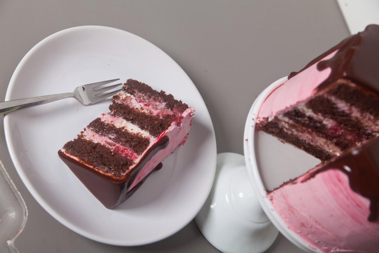 drip cake himbeer schokoladentorte mit herunterlaufender schokolade. Black Bedroom Furniture Sets. Home Design Ideas