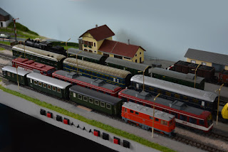 Bahnhofsbereich mit Bahnsteigleuchten aus Messing bestückt
