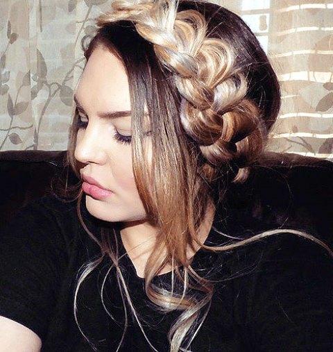 Gaya Rambut Panjang Kepang Melingkar