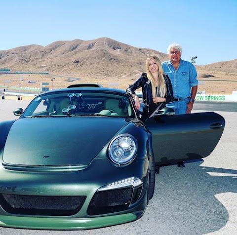 Avril Lavigne se toma la pista de Willow Springs con Jay Leno a bordo de un Ruf CTR3