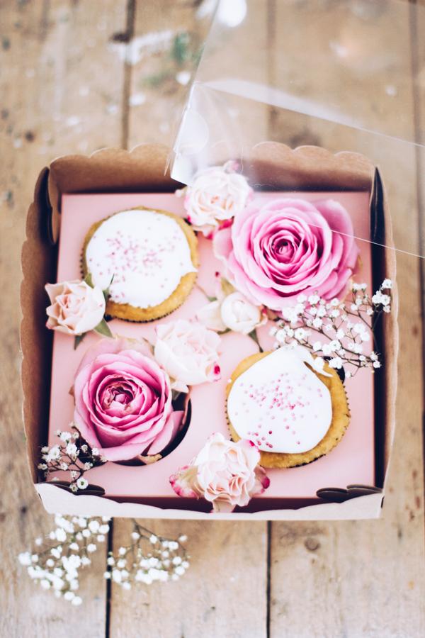 DIY Geschenke aus der Küche hübsch verpacken – schöne Geschenkverpackung mit frischen Rosen. titatoni.de