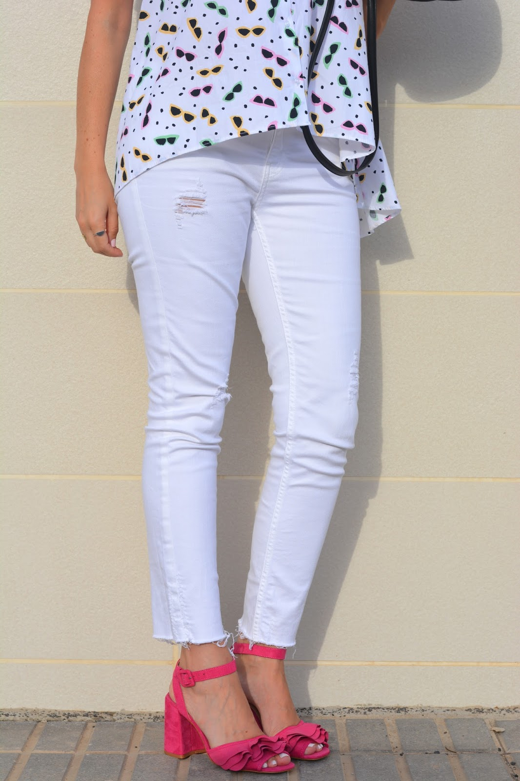 white-jeans-pink-stradivarius-sandals
