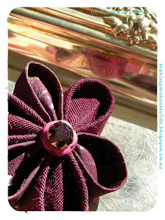Kanzashi Inspired fabric Flower Brooch by Kura Carpenter: http://makingmakesmylife.blogspot.co.nz