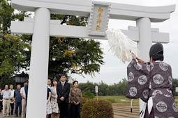 曲手神社の石製鳥居再建