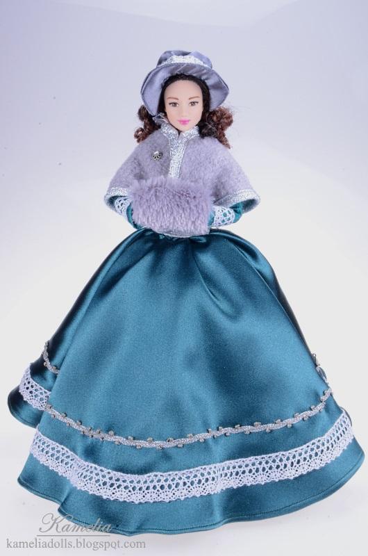 Ręcznie szyta suknia dla lalki Barbie.
