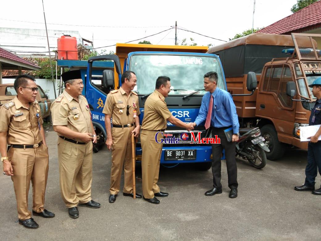 Glontorkan CSR, Bank Lampung Serahkan Dua Unit Kendaraan Kepada Pemkab Lampura