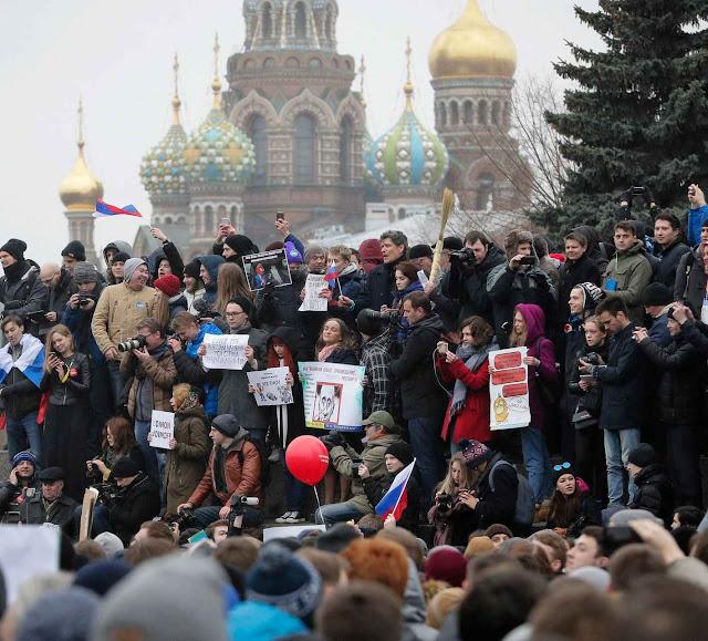 Protestos contra corrupção em 99 cidades da Rússia foram animados pelos jovens