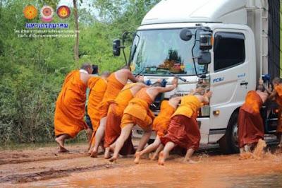 """พระไทยไม่ทิ้งโยม! รถติดหล่มโคลน- ถนนขาด """"มหาเถรฯ""""  ระดมพระช่วยน้ำท่วม สกลนคร-นครพนม"""