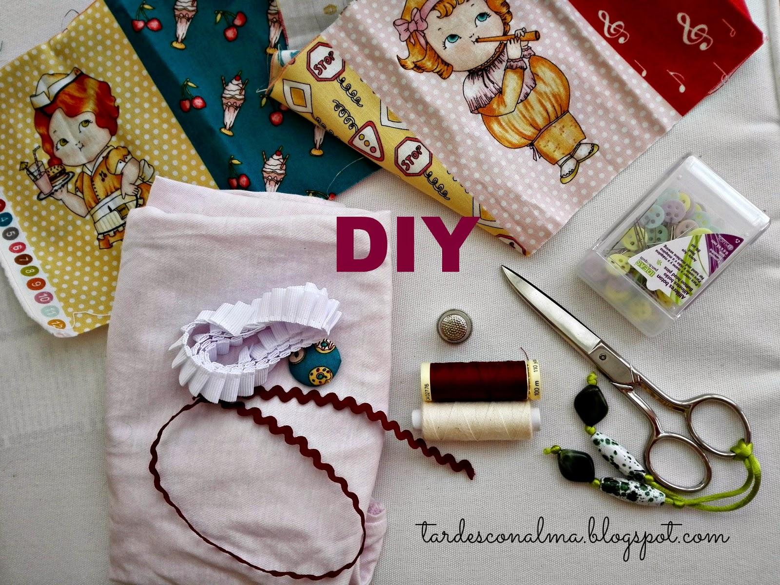piculina, hilos, alfileres, dedal, tijera, botón forrado, cinta plisada, tela muñecas recortables