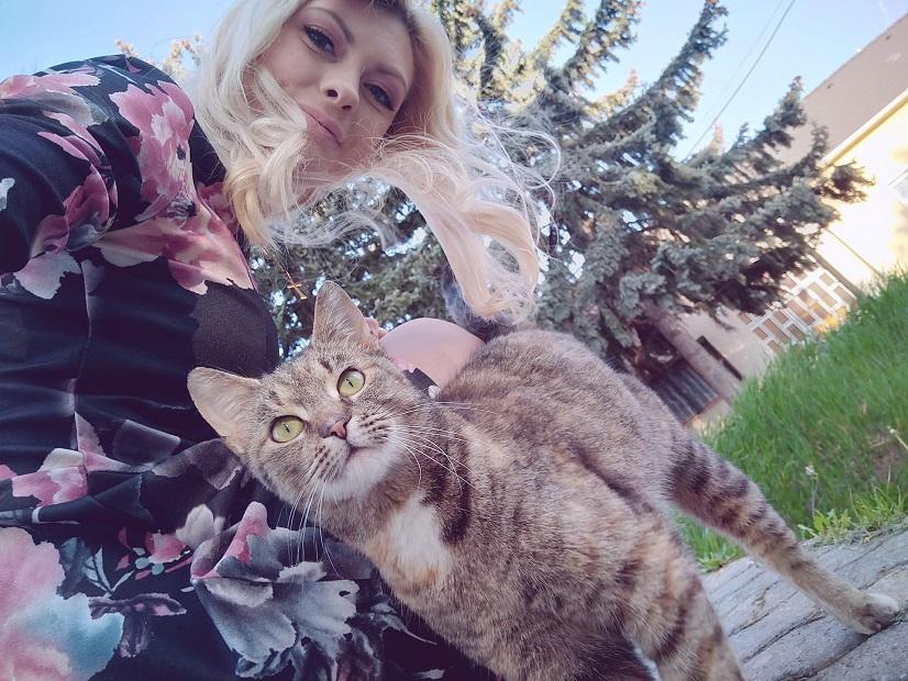 Veľká krémová mačička pery