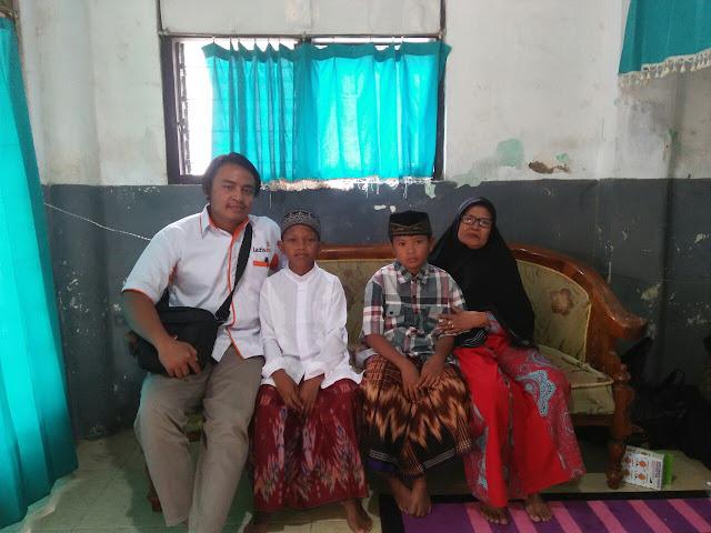 Kedua anak yang siap di khitan bersama neneknya dan team Lazismu Jember