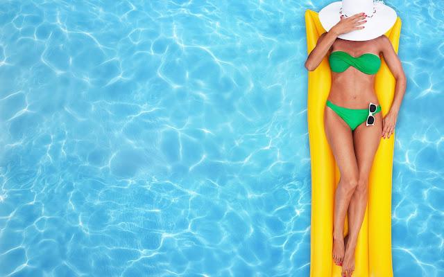 zwembad vrouw bikini wallpaper