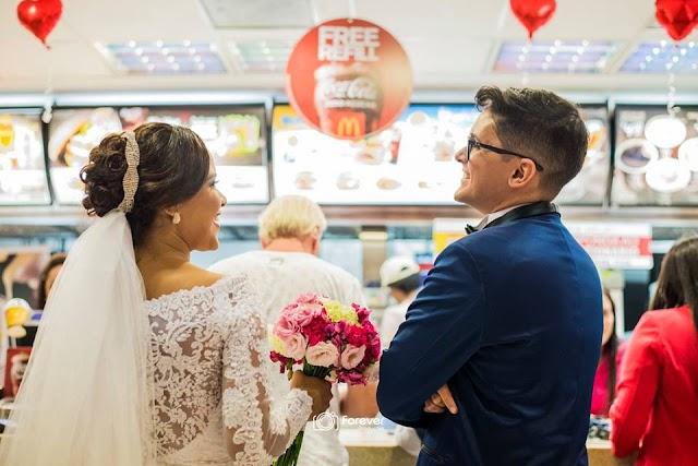 Imprevisto: com chuva, noivos fazem fotos dentro do McDonald´s