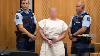 مرتكب مجزرة المسجدين بنيوزيلندا يدفع ببراءته ويظهر مبتسما للضحايا