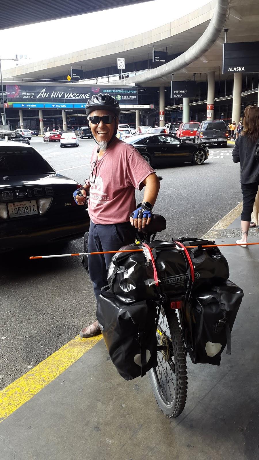 Tasman Jen dengan sepedanya di Airport Sea Tac (Seattle–Tacoma International Airport).