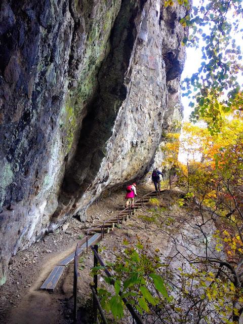 迫り来る岩の合間を縫うような登山道