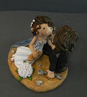 sposi seduti sulla spiaggia top cake tops simpatici fatti a mano orme magiche