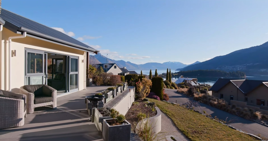 18 Interior Design Photos vs. 5 Milward Place, Kelvin Heights, Queenstown Luxury Home Tour