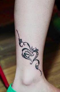 vemos las piernas de una preciosa modelo con tatuaje en el tobillo