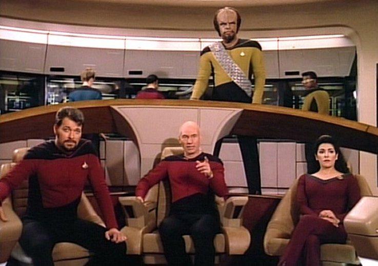 Sr. Worf de pé na ponte da Enterprise