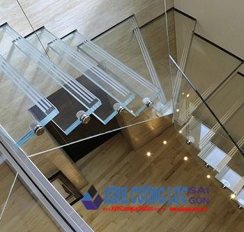 Cầu thang bậc kính thu hút mọi ánh nhìn