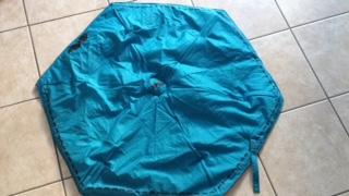 recycler un vieux parapluie bleu et du jeans