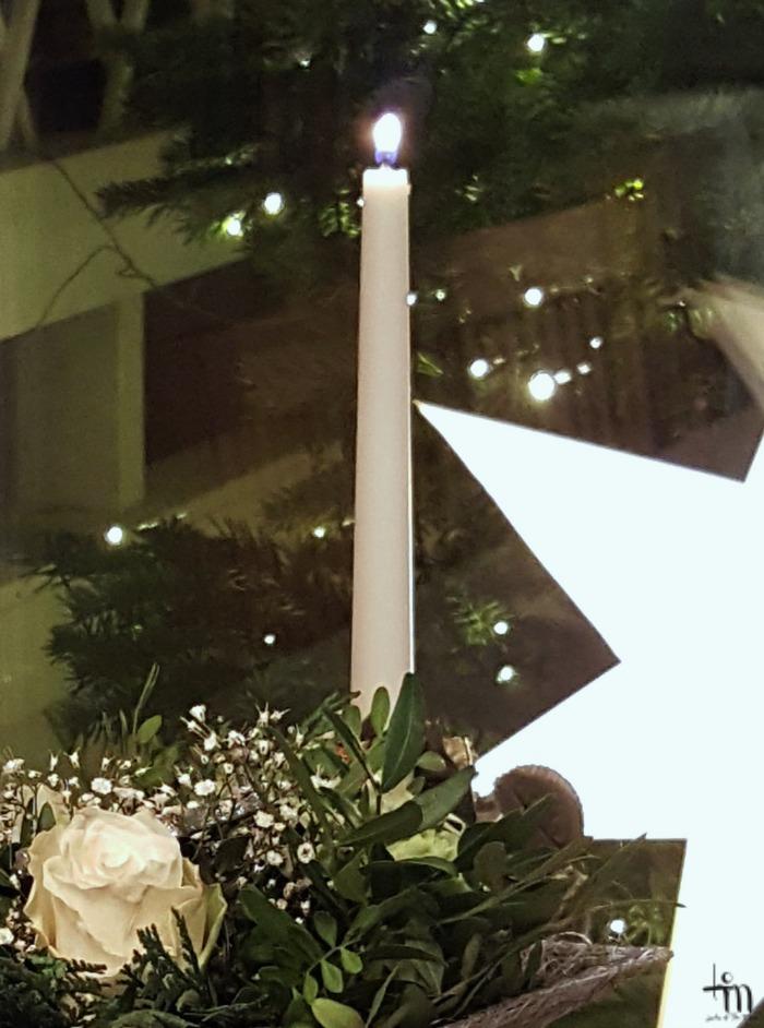 joulukuusi valaistuna parvekkeella
