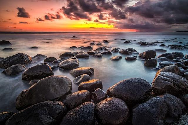 Hasil gambar untuk pantai yeh leh batu misterius