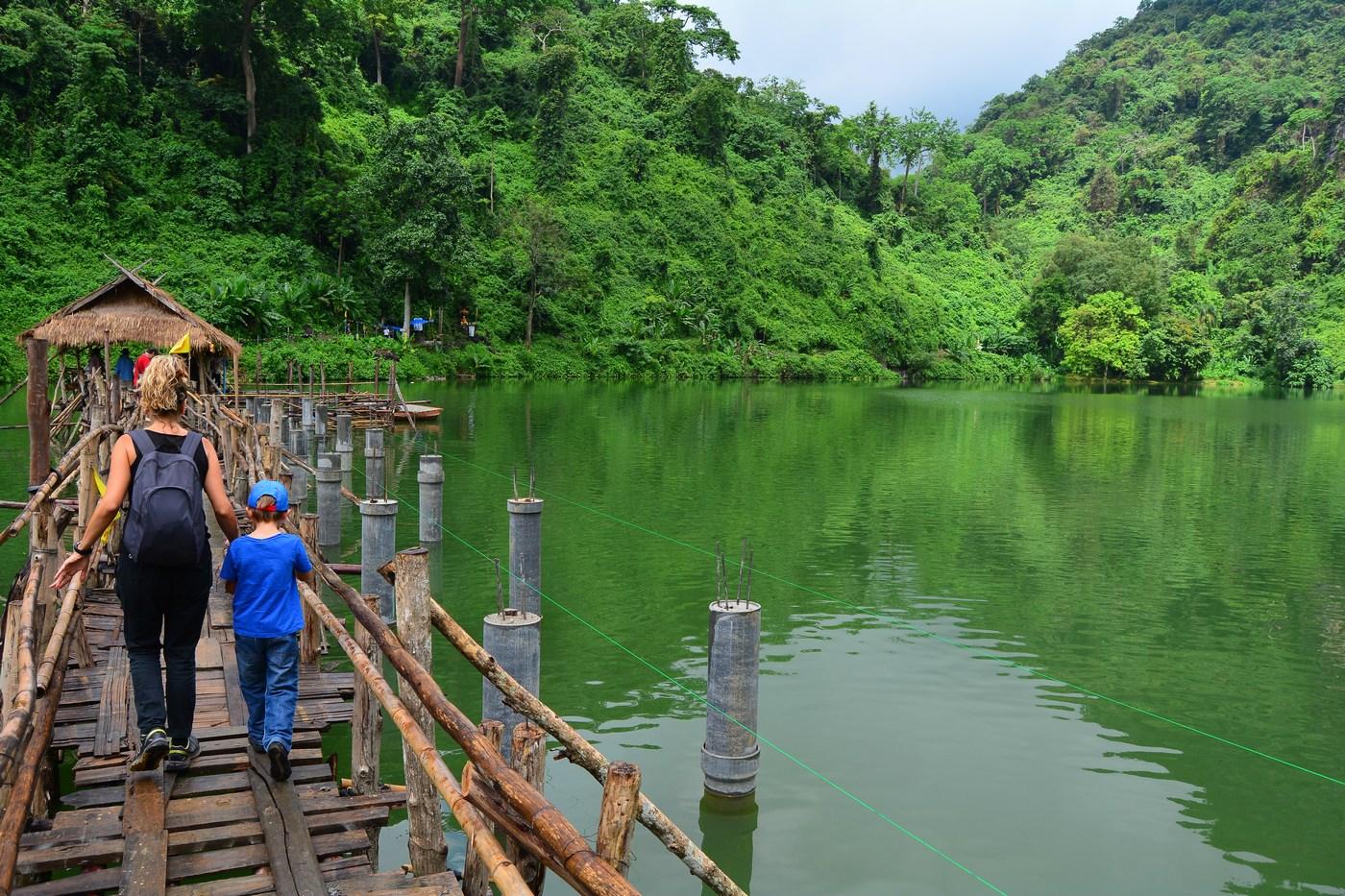 Traversée du lac pour rejoindre l'entrée de la grotte.