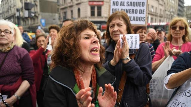 Arrestan a 13 manifestantes en protestas contra Macri en Argentina