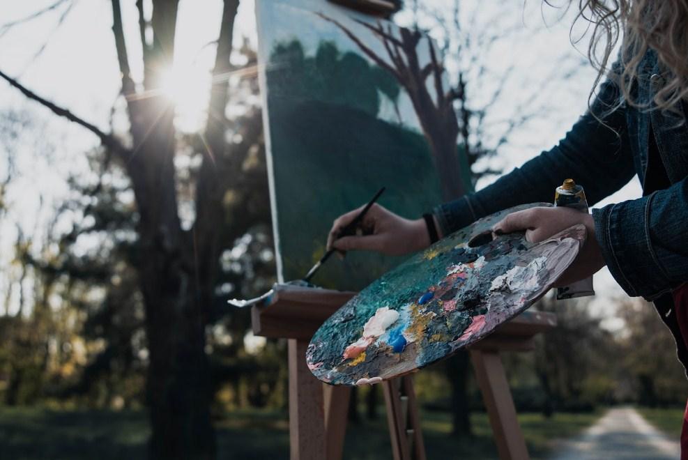 Melukis Di Luar Rumah atau Di Studio