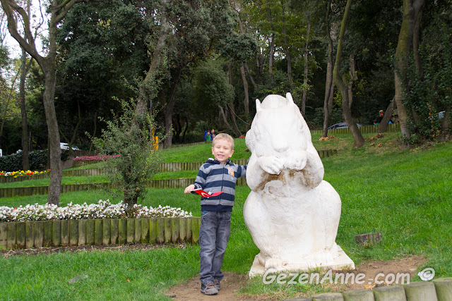 koru içindeki sincap heykellerini oğlum çok sevdi, Fethi Paşa korusu Üskidar İstanbul