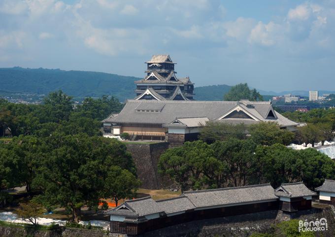 熊本市役所から見た熊本城の大天守・小天守