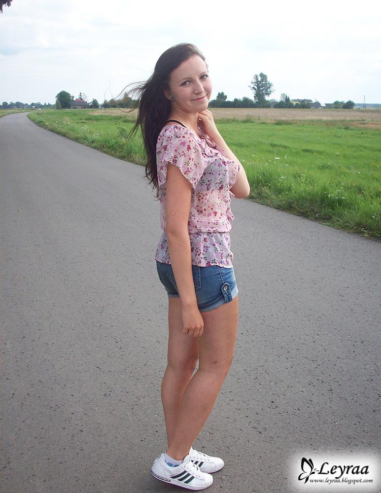 Bluzka w kwiatki, Szorty jeansowe, Adidas buty damskie, czarny stanik