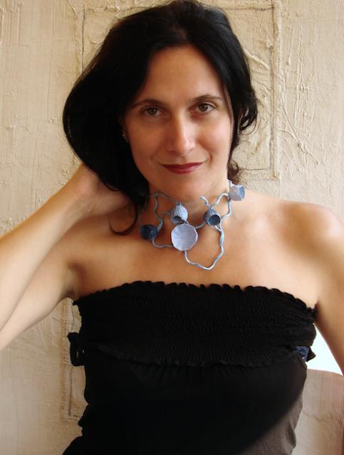 Collare Blu di carta, maxi collana dipinta e realizzata a mano. Handmade paper necklace