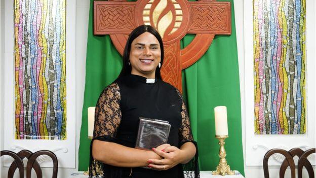 'Não abro mão do respeito': O cotidiano de uma trans como professora, pastora e mãe