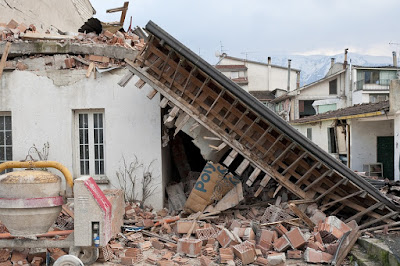 Ilustrasi bangunan runtuh akibat gempa bumi besar. Foto : Pixabay. https://pixabay.com/id/gempa-bumi-puing-puing-runtuhnya-1665886/