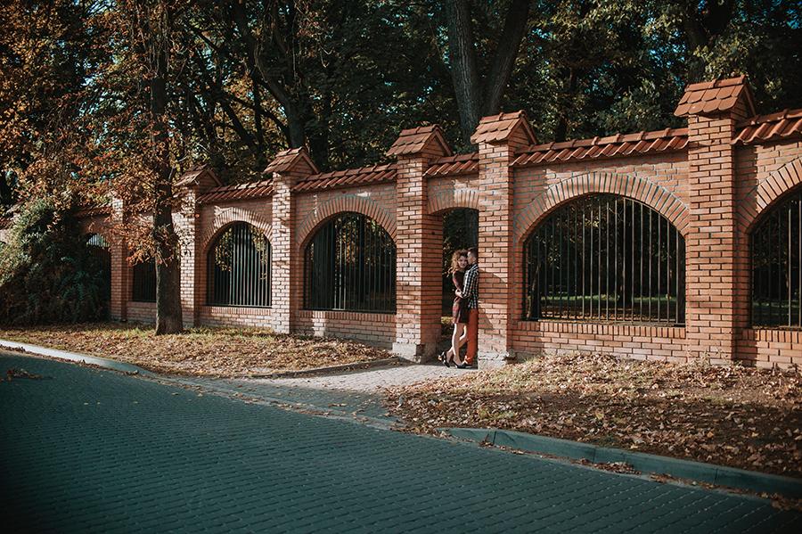 Sesja narzeczeńska przy murze, Lubartów. Fotografia ślubna.