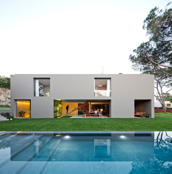 Hogares frescos quinta patino casa rectangular acogiendo - Decoracion exteriores casas modernas ...