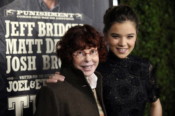 Kim Darby Hailee Steinfeld True Grit 1969 2010 movieloversreviews.filminspector.com