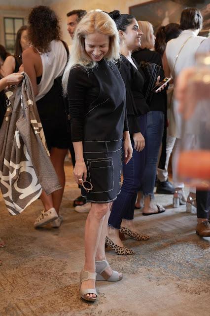 מודדת את שמלת הסרפן מקולקציית הסטודיו של H&M צילמה נטלי זירקר
