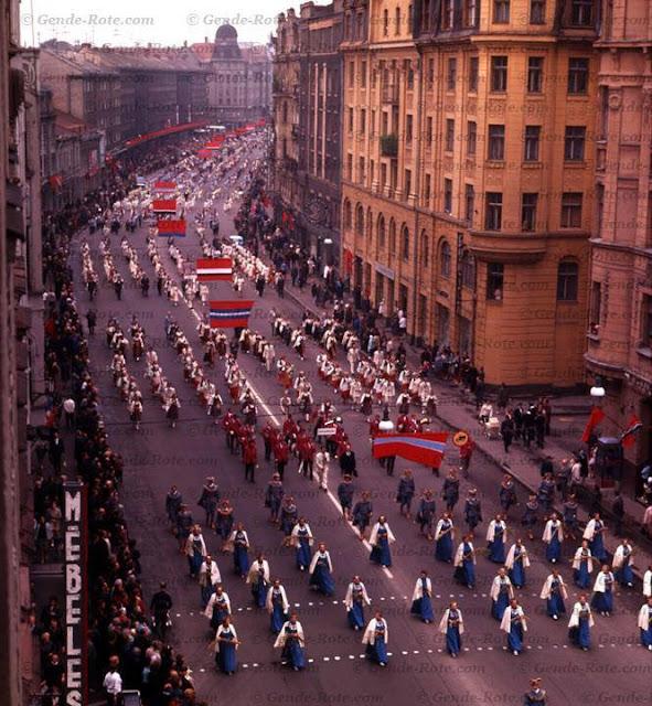 1970 год. Рига. Участники Праздника песни и танца на улице Ленина. Автор: Валерий Генде-Роте. © Наследники В.А. Генде-Роте