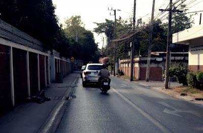 路上で寝る人